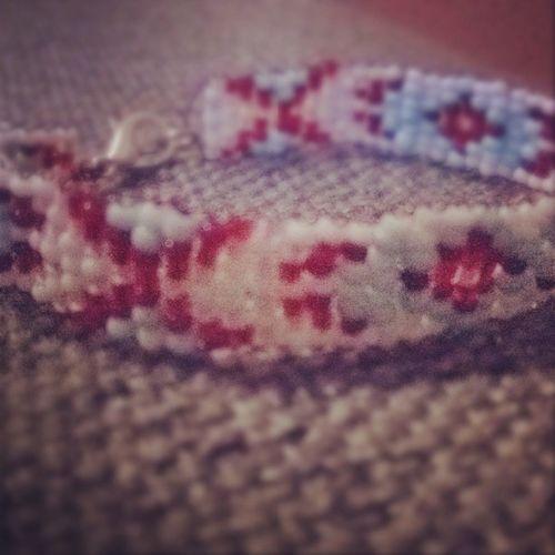 Hehh.. Nelilela aprocīte no sēkliņpērlītēm..😊 Trīsstundas Rokassprādze Sarkans Balts Zils Justluvinit 👌