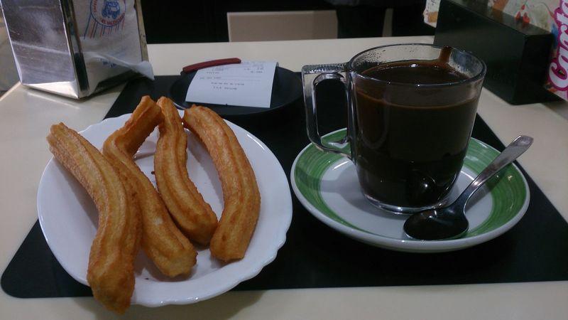 Desayunando un Chocolate Con Churros en el Valenciano en la Plaza Santo Domingo en Leon