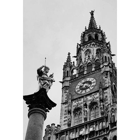 Beautiful Architecture and Design . the Marys column in front NeuesRathaus, memorial golden statue at the new CityHall tower. in the marienplatz . münchen Munich bayarn Deutschland Germany. Taken by my SonyAlpha dslr A57 ساحة تصميم معمار بلدية تذكار تمثال مريم ميونخ المانيا