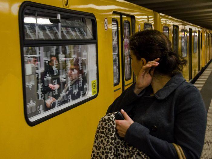Schönheitskontrolle in der U-Bahn - Berlin augsburger strasse