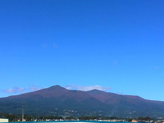 月曜日からの東京生活も今朝で終わり。ひとつ年も重ね、仙台の家に戻っているところです。いま安達太良SA。安達太良山が綺麗に見えました(´∀`) Blue Mountain Beauty In Nature Landscape Clear Sky Day Sky Blue Sky Way Home Hello World Adatara