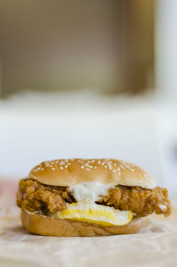Breakfast Bun Burger Close-up Fast Food Food Freshness Fried Chicken Fried Egg Glazed Food Indoors  Mayonèse Ready-to-eat Still Life Wholegrain