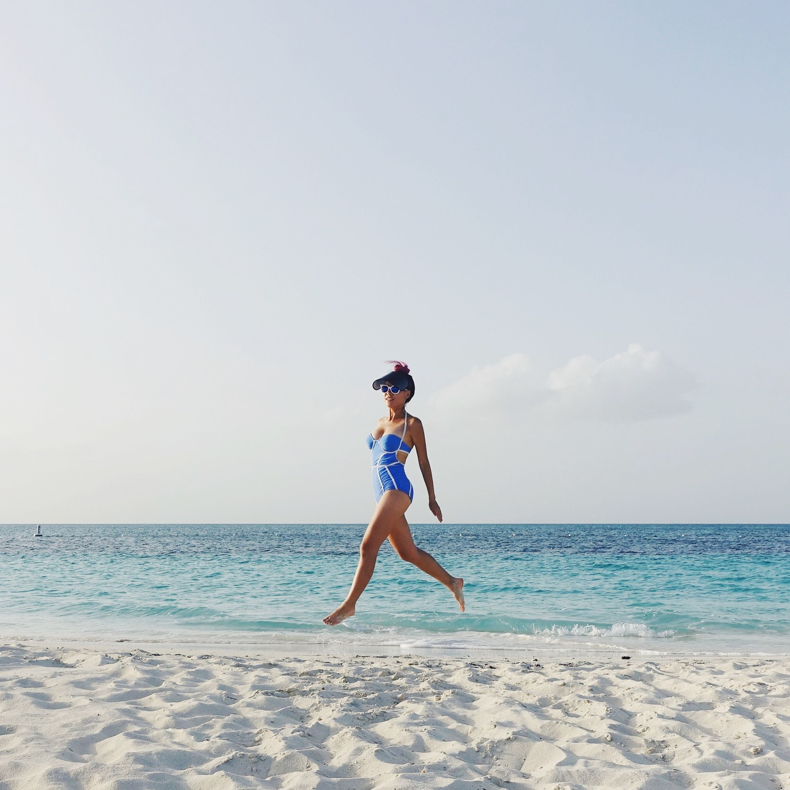 full length, sea, beach, horizon over water, water, leisure activity, lifestyles, shore, sand, sky, casual clothing, vacations, nature, young adult, person, tranquility, tranquil scene, enjoyment