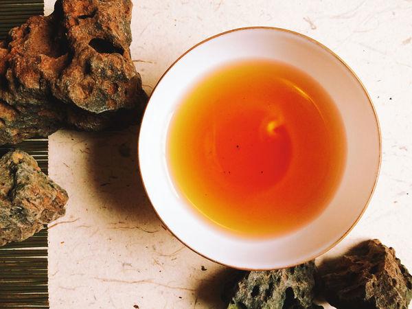 八十年代出的金玉薄胎茶碗,太轻太薄,纯金边又经不起我牙咬,算了还是打回箱子里睡觉吧。
