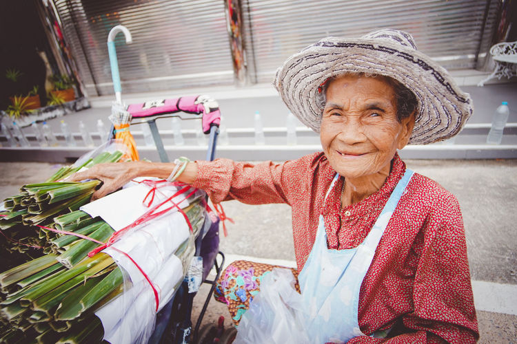 Single women Single mom Single grandmother. life from Thailand street Chinese market ,Chonburi. คุณยายขายขนมใบจากในตลาดจีนชลบุรี ^_^ Sweets wrapped from leaves International Women's Day 2019 Lifestyles Old Women Single Desserts Sweet Thailand Thai Asian  Food Snack Market Leaves Wrapped Chinese Market Stall Chonburi ,Thailand Hanging Out Grandmother Streetphotography Portrait Smile Smiling Happy Seller My Best Photo