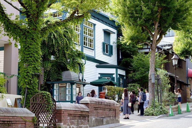 Starbucks Coffee Old House Sloping Road People Tree Trees Street Photography Leaves Leaf Woman Women Brick Brick Wall Bricks Gaslight Gaslamp Streetlights Streetlamp Kobe, Japan Green