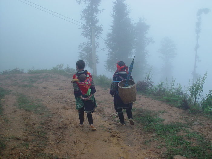 http://www.raconets.com/2012/02/excursio-sapa-vietnam/ Raconets Fog Real People Two People Plant Tree Nature Land Beauty In Nature Vietnam Sapa Trekking Mountain Outdoors Walking Rain Rear View Women Day Winter People Cold Temperature Warm Clothing