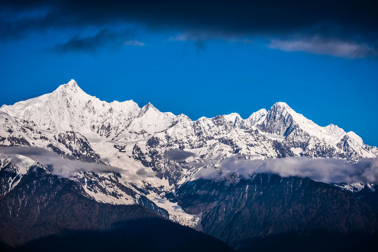 Mountain Scenics - Nature Snow Winter Snowcapped Mountain Cold Temperature Mountain Range Sky Beauty In Nature Tranquil Scene Tranquility Cloud - Sky Nature Mountain Peak Non-urban Scene No People Idyllic Majestic Landscape Outdoors Formation Meili DeQin Yunnan China Tibet Top High Fog Cool Cold