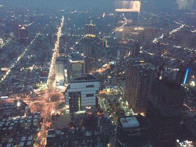 台北有101, 高雄亦都有85大樓,以觀光客的身分去感受市區的繁榮昌盛和熱情文明! / 需要的時候請放輕腳步,去誠品看書放鬆自己也都可以來這裡放空你的腦袋. Building Exterior Taiwan 台灣 One Trip Skyscraper Memories Moments Of My Life @ 私の人生の瞬間。 Portrait EyeEm Best Shots Travel Photography Enjoying Life ♥ Taking Photos Discover Your City EnjoytheNewNormal World Lifestyles