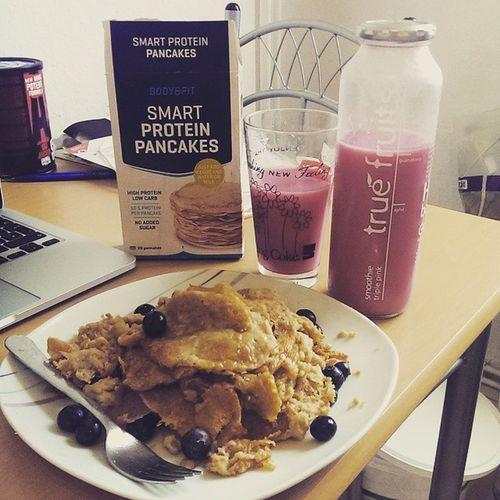 My morning RefeedDay meal: Smartprotienpancakes from @bodyenfitshopnl with Blueberrys  and Maplesyrup and a yummi smoothie triplepink from @truefruitssmoothies |😂 das mit der pancakesform üben wir nochmal! landedehallesimmagen schmeckttrotzdem mcfit high5 shredded 17daysleft gym bodybuilding