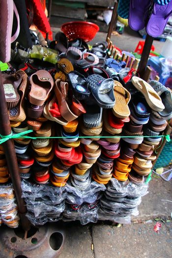 Schuhe. Schuhverkauf. Markt. Shoes Shoes Of The Day Shoemaker Shoe Store Shoeslover Shoes Shop Market Sales Selling ASIA Asian  Slippers Boots Walking Boots Loafers Sandals Flops Thongs Money