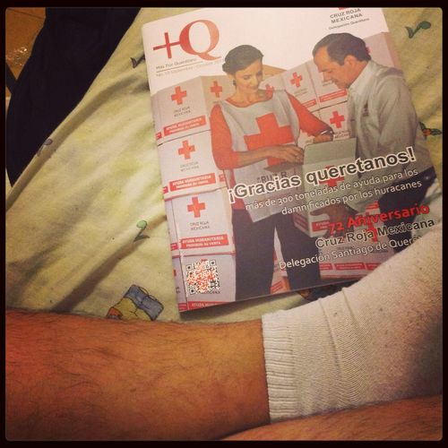 Mi pierna y una revista JuventudCruzRoja  CRM Goodmemories