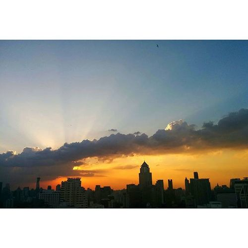 Are u looking at the same sky as me?? Sky Sunlight Sunset BKK Skyline Skyviewer