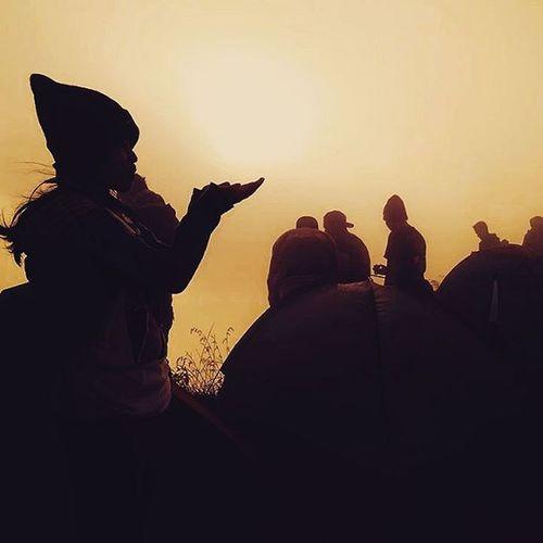 sunrise (failed) 😥😅😅 Temaninstagrampeduliandong Mtandong Sunrise Golden Orange Yellow Shillouette Me Inframe Takeit Mountains Likeforlike Mtandong1726mdpl Andongpeak Andongpeak1726mdpl Funny Story Great Awesome VSCO Vscocam Vscogood Instagram Instagood Instadaily instamood kamerahpgw redmi2camera