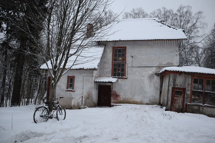 Snow Architecture Cold Temperature Building Exterior Built Structure Winter Building Tree Residential District Nature White Color Covering House Transportation Bicycle Bare Tree Day Frozen Mode Of Transportation No People Outdoors Snowing Cottage Snowcapped Mountain