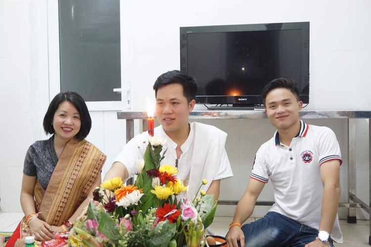 Lễ buộc chỉ tay bunpymay lào Flower Flowering Plant Women Plant Lifestyles Men Young Adult Looking At Camera Emotion Females Happiness Front View Adult Young Women Group Of People Smiling Sitting Bouquet Portrait Togetherness