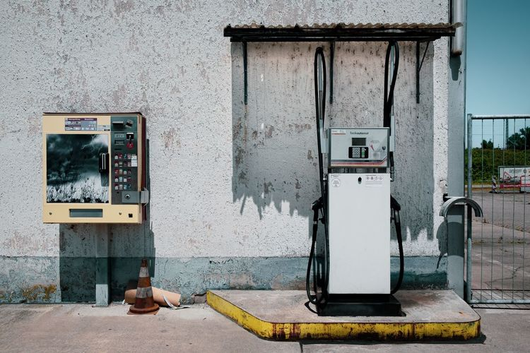 Automatischer Sommer ... Urban Perspectives Street Photography Fuel And Power Generation Fuel Pump Day Technology No People Abandoned Electricity  Gas Station Refueling Wall - Building Feature Old Built Structure Architecture Obsolete Building Exterior Outdoors Connection Deterioration Decline Industry The Devil's In The Detail The Street Photographer - 2019 EyeEm Awards