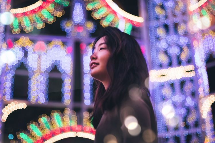 Adventures In The City Finding New Frontiers Bokeh Christmas Lights Christmas Around The World Colors Colour Of Life Colorful Color Portrait Portrait Portrait Of A Woman Low Angle View Illuminated Cheerful Christmas Lights Christmas Market Traveling Home For The Holidays Uniqueness Women Around The World The Portraitist