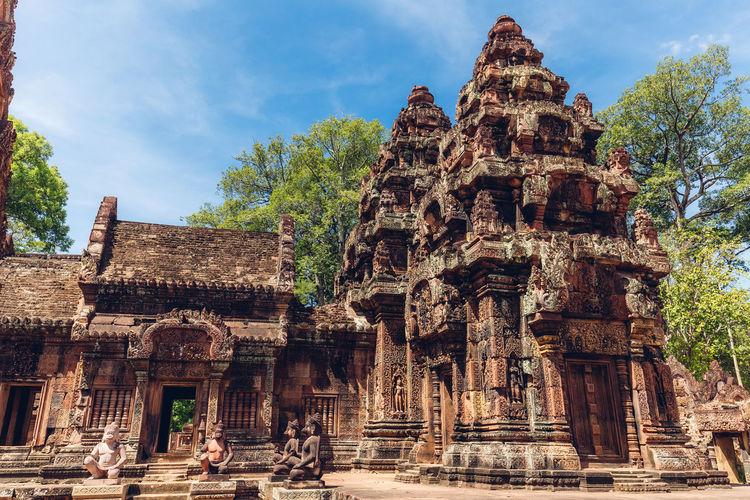 Monkey statues at doorway of banteay srei temple in angkor wat