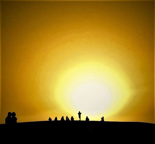 "Paint The Town Yellow Silhouette Sahara Desert Sunset EyeEm Best Shots Landscape_Collection Nordafrika Light And Shadow Ancient Nature Sky Large Group Of People hier findet keine ""Kreuzung"" statt, auch wenn es den Anschein erweckt ! rReal PeopleTTranquilitytTravel DestinationslLifestylessScenicsbBeauty In NaturewWomenoOutdoorsaAncient CivilizationCClear SkydDayAAdult Lost In The Landscape"