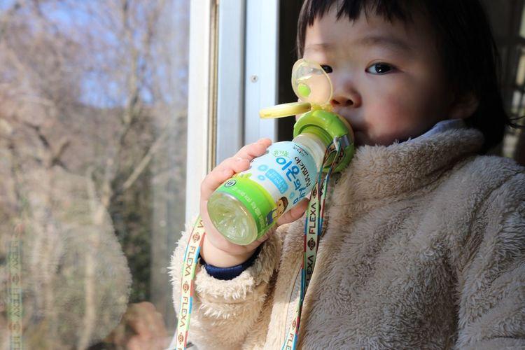 17개월, 혼자서도 잘 마셔요. Drinking Suri Uniqlo Drink Flexa 이온의 샘 유니클로 플렉사 페트병 스트로우 일동후디스 17개월도 좋아해요 일본 오사카 여행중에 Snap Photo 스냅사진 스냅 사진 아기 여행 Baby Cute Lovely Osaka, Japan