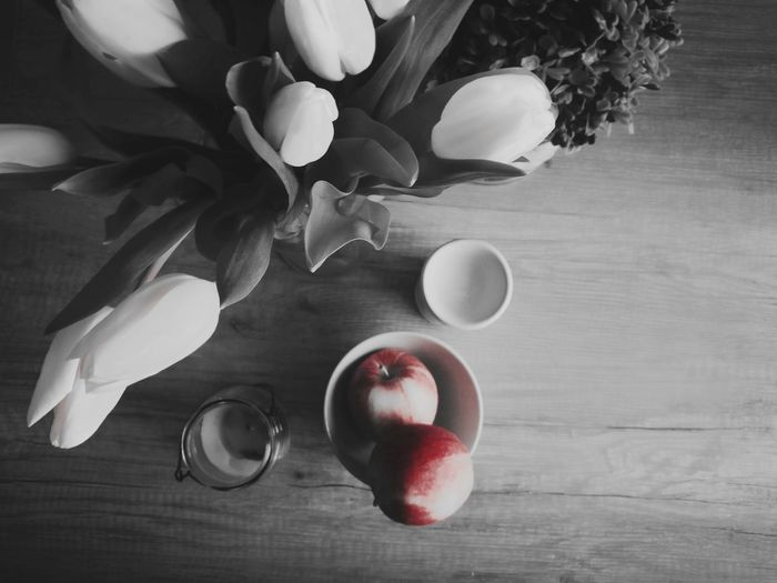 Fruit Bowl Freshness Apples Apple Apple - Fruit Red Apple Blackandwhite Colorsplash Fresh Decoration Decorations Arrangement Kitchen Table Lifestyles Lifestyle Still Life Close-up Huaweiphotography HuaweiP9 Healthy Eating Food And Drink Healthy Lifestyle Healthy Food Tulips