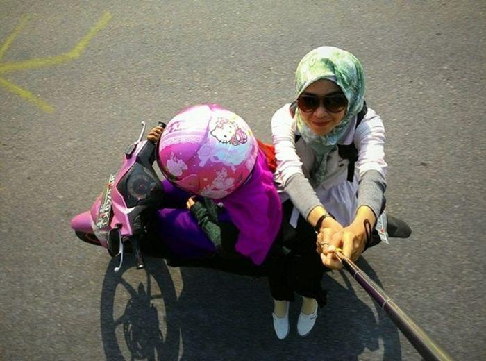 Bruuummm bruuummmm Selfportrait Tongsis on the Motorcycles with my Friends mbak kitty.. Roundthecity Backpackers ha ha ha