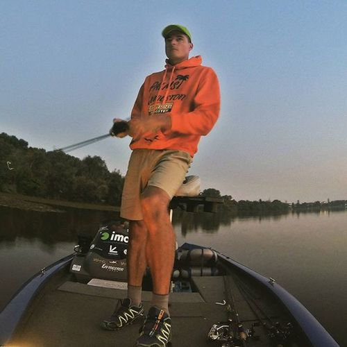 On the water early in the morning today. Bad moon and hot day make me sad. Bassfishing Livingstonlures Bluesprings Ecoprotungsten Palms Bassinitaly Italianbassfishing Italybass Fishingitaly Fishing Spinnerbait Largemouthbass Largemouthbassfishing