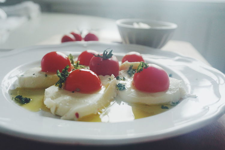 Close-up of mozzarella and tomato salad in plate