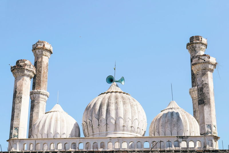 An ancient Mughal mosque InMakin! Mughalarchitecture Mosque Architecture EyeEm Selects Travel Destinations Dome Architecture Day Outdoors Sky No People Colour Your Horizn