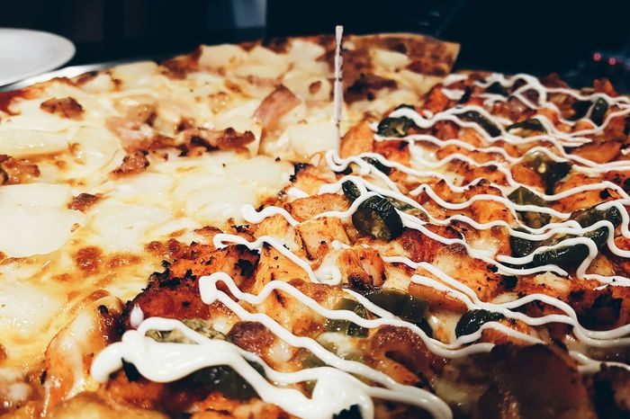 Food And Drink Indoors  Food Close-up Freshness No People Ready-to-eat Day Half And Half Spicy Chicken Hawaiian Pizza Hawaiian Pizza Time Pizza Indoors  Food And Drink Serving Size Plate Unhealthy Eating Close Up Out Of Focus Background close up of half hawaiian and half spicy chicken pizza