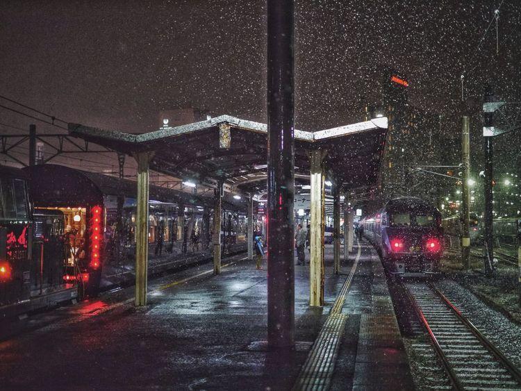 Photographic Memory Saturdaynight 23 January2016 On The Platform Nagasaki Station : Snow ❄ before Blizzard 2016 長崎市 / ななつ星 Seven Stars In Kyushu & Kamome 885 ( Tsubame type ) platform 3,4 長崎駅 No Flash 50mm