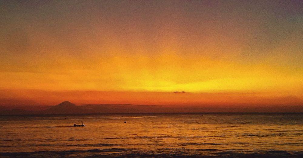 Lombok PhonePhotography EyeEmNewHere Sea Nature Outdoors Horizon Over Water Silhouette Dusk Rayoflight Gunungagung
