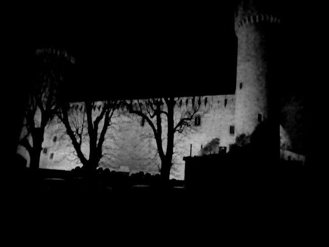 Come in una fiaba medievale 🏰 #medioevo #castellomedievale #château #alcázar #castello #monumento #architettura #ivrea #canavese #piemonte #blackandwhite #blancoynegro  #bianconero Silhouette Night Window No People Built Structure Indoors