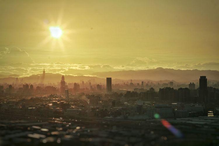 06:52 臺北.晨光 --- Morning Sun / Silhouettes / Citylines / Taipei 101 / Easterly