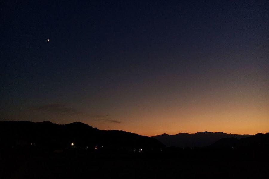 今日の夕空 それとお月さん へんな色
