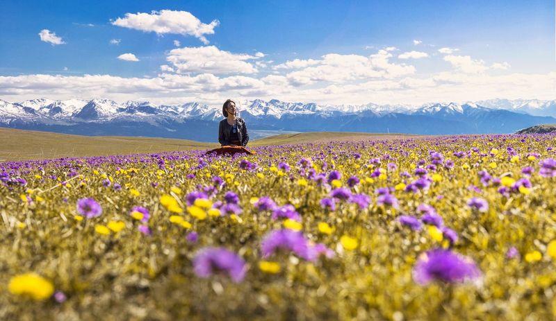 花海 雪山 Flower Flowering Plant Beauty In Nature Plant One Person Sky Field