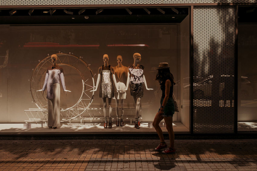 Shopping Vidriera Mujer Mirando Vidriera Vidrieras Windowdisplay Windowdisplays Woman Walking Woman Walking On The Street Women