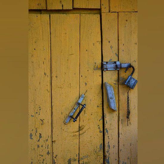 Вот такая в деревне дверца - 2 запора вдеревне дверь Башкирия лето деревня Country Village Countryside Door Lock Vintage Retro Old Wood Colors Colorful Color Colours Yellow 1 Ig Igers Igaddict Iger VSCO russian hashtag