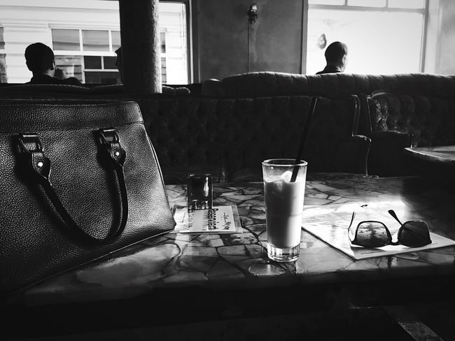 Licor43 Liqueur Likör Milch Milk Sofa Hanging Out Couch Bar Drinks Summer Antique Vintage Rayban Interior Design Vintage Style Alternative Sternschanze Schulterblatt Weekend Activities Hangout From My Point Of View Handbag  Marble 43 Golden Moments