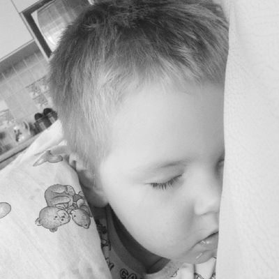 Шпит беднинький смотрел мультики и уснул .накрыла его одеялком * здаровыйсон Мелкий  милости