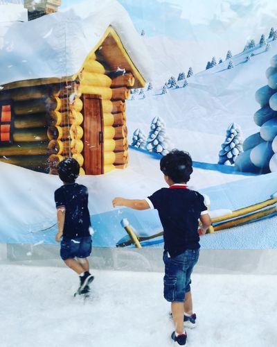 Full Length Men Togetherness Winter Snow Young Women Bonding Mountain Friendship Teamwork