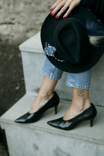 Black shoes and hat, woman ourfit
