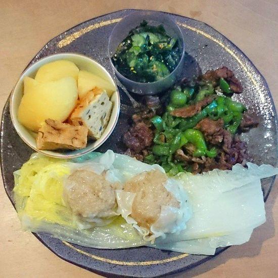 今日の我が家の晩御飯シリーズ シュウマイと白菜の蒸し煮 ジャガイモとガンモドキ煮物 キュウリとワカメ酢の物 牛肉とピーマンの炒め物