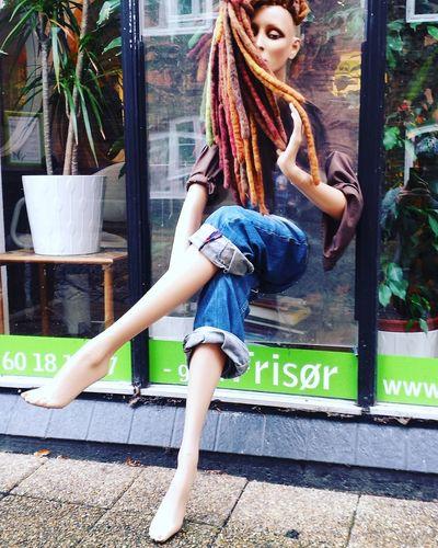 """An den Haaren herbeigezogen""😂 Kolding Frisør Friseursalon Lifestyles Fashionable StreetArtEverywhere Dreadlock Girl Hairstyle Haircolor"