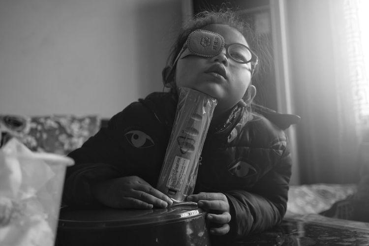 弱视治疗的小女孩 Blackandwhite Lovely Girl Monochrome Black Black And White Real People Indoors  Holding One Person Front View Eyeglasses  Focus On Foreground Home Interior Lifestyles Day The Portraitist - 2018 EyeEm Awards