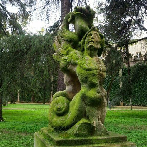 Realalcazar Statue Moss Alcazar Sevilla Spain travel green
