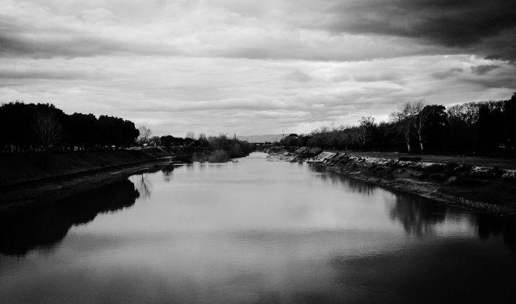"""""""Vediamoci al fiume"""" """"Va bene, da che parte?"""" """"Sulla destra"""" """"Mia o tua?"""" """"Allora vediamoci al ponte"""" """"Come farò a riconoscerti?"""" """"Sarò quello con l'attesa negli occhi"""" River Blackandwhite Winter Water Florence Cold Cloudy Day Weather Life"""