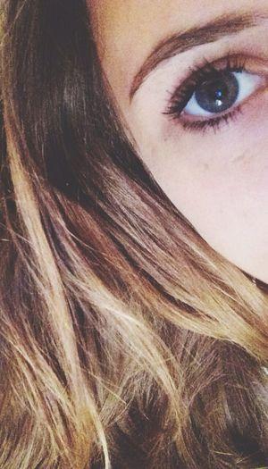 'Occhi gonfi, rossi, pieni di lacrime ed il sorriso di chi non aveva mai pianto.'