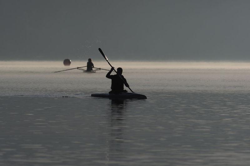 die Reise über das Wasser Reise Wasser See Paddeln Boot Natur Neue Orte Summer Exploratorium Men Occupation Sea Silhouette Water Sky Landscape